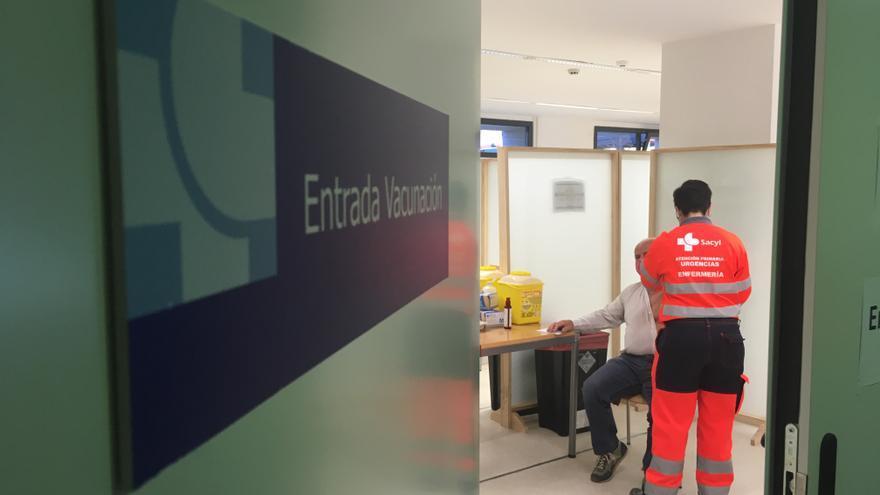 Castilla y León vacunará al personal de empresas que viajen al exterior y le exijan cuarentenas