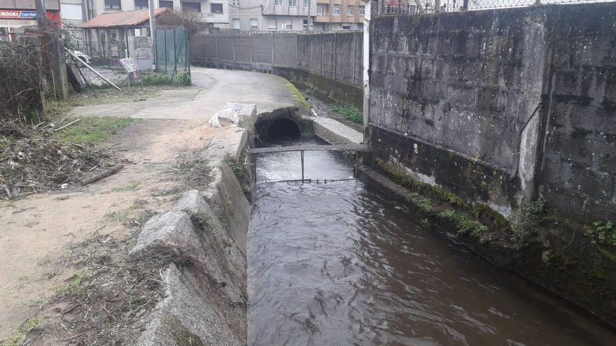 Aqualia limpia los colectores del Río Bispo en Pazos Fontenla y retira los restos de una pasarela
