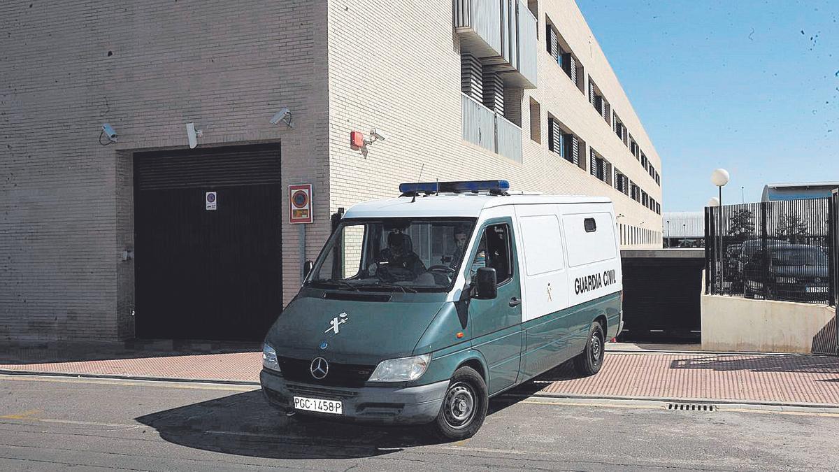 Un furgón de la Guardia Civil sale de los juzgados de Castellón.