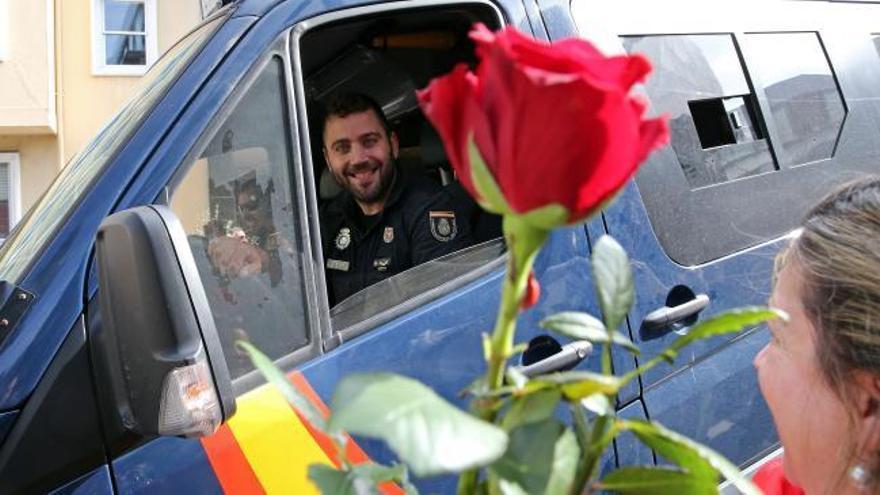 Emotivo recibimiento en comisaría de Vigo a los policías de Barcelona