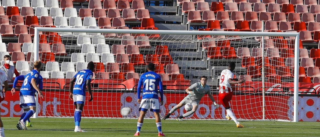 Sadiq bate a Femenías de penalti en el Almería-Oviedo
