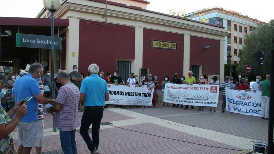 Unas 200 personas se manifiestan en defensa de la línea de Cercanías en Lorca
