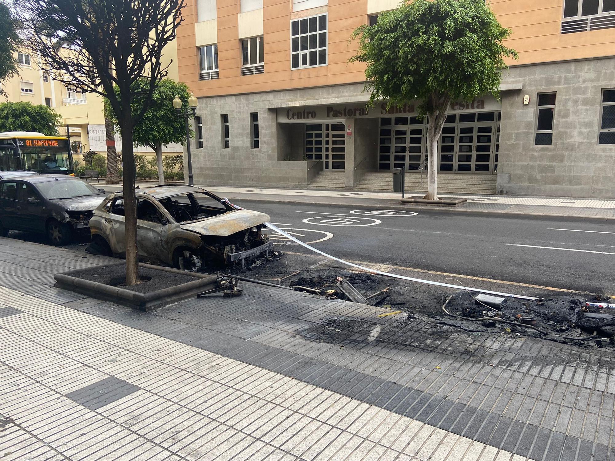 Incendio de dos coches y tres contenedores en Tomás Morales
