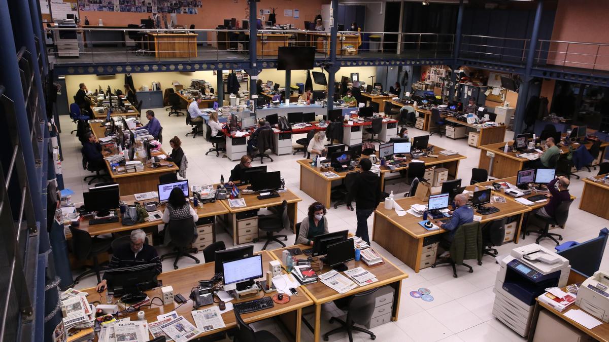 Imagen de la redacción de 'El Periódico' en una de las jornadas de trabajo durante la pandemia.