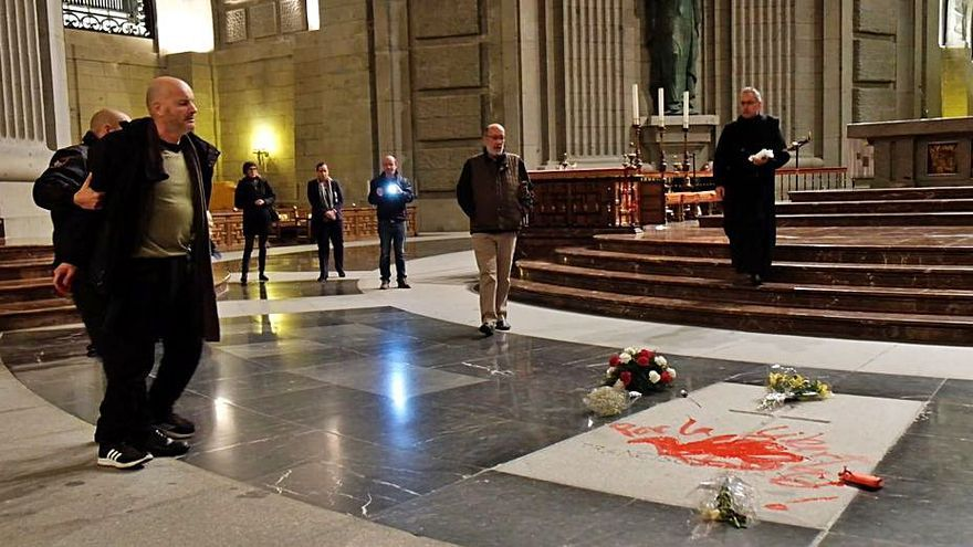 La Fiscalía solicita un año de cárcel para el artista coruñés Enrique Tenreiro por pintar la tumba de Franco
