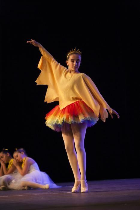 El público ha acudido masivamente a disfrutar del espectáculo de la escuela de baile deportivo Sondodance de A Estrada. // Bernabé / Cris M. V.