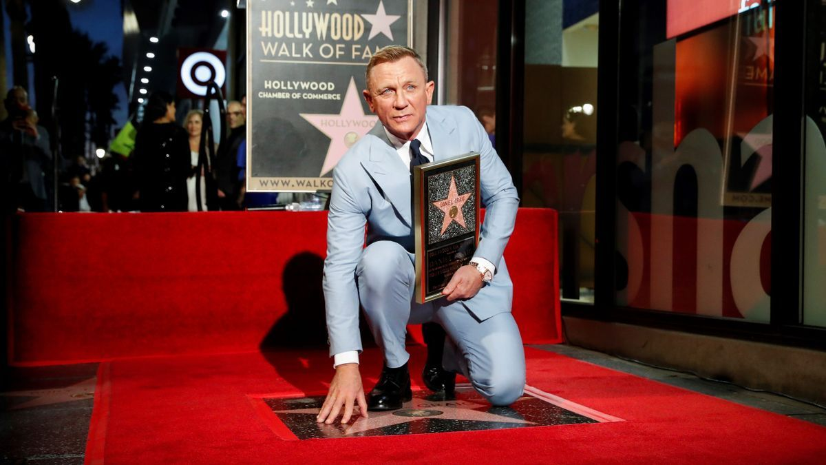 Daniel Craig, with his star on the walk of fame.