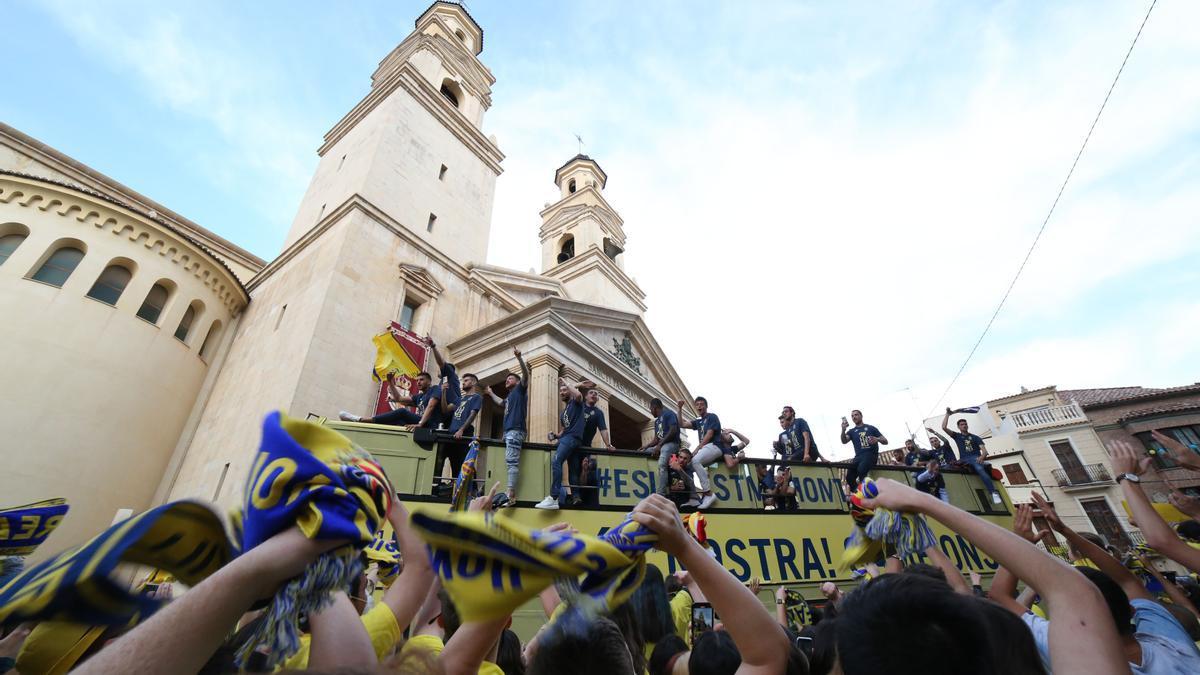 Los aficionados del Villarreal festejando el título de la Europa League en la basílica de Sant Pasqual.