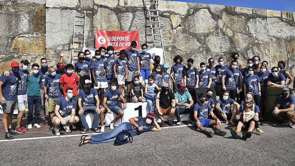Participantes en la jornada de escalada de ayer en el dique de abrigo.     // JESÚS CARNOTA