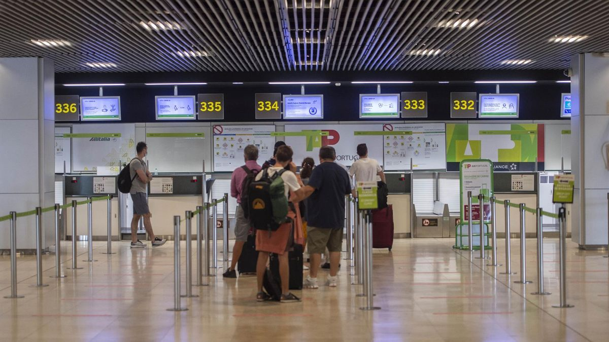 Turistas en el aeropuerto de Barajas.