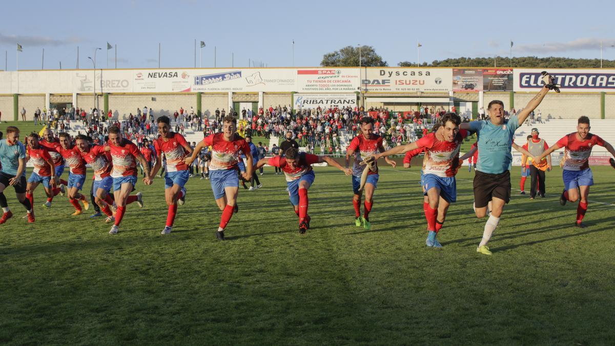 Los jugadores del Jaraíz festejan su pase a la final tras superar 4-0 al Guareña en el Príncipe Felipe de Cáceres.