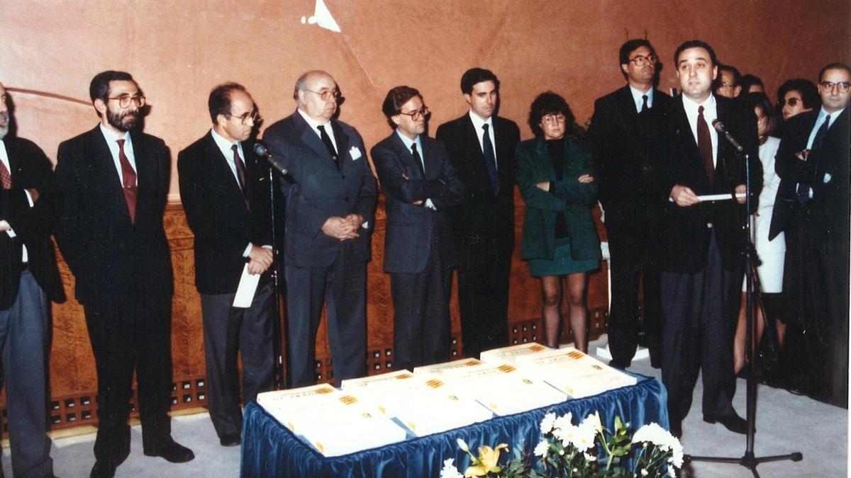 Giménez Abad (centro) y Estella (a la derecha), en la presentación de un libro en las Cortes en 1990.