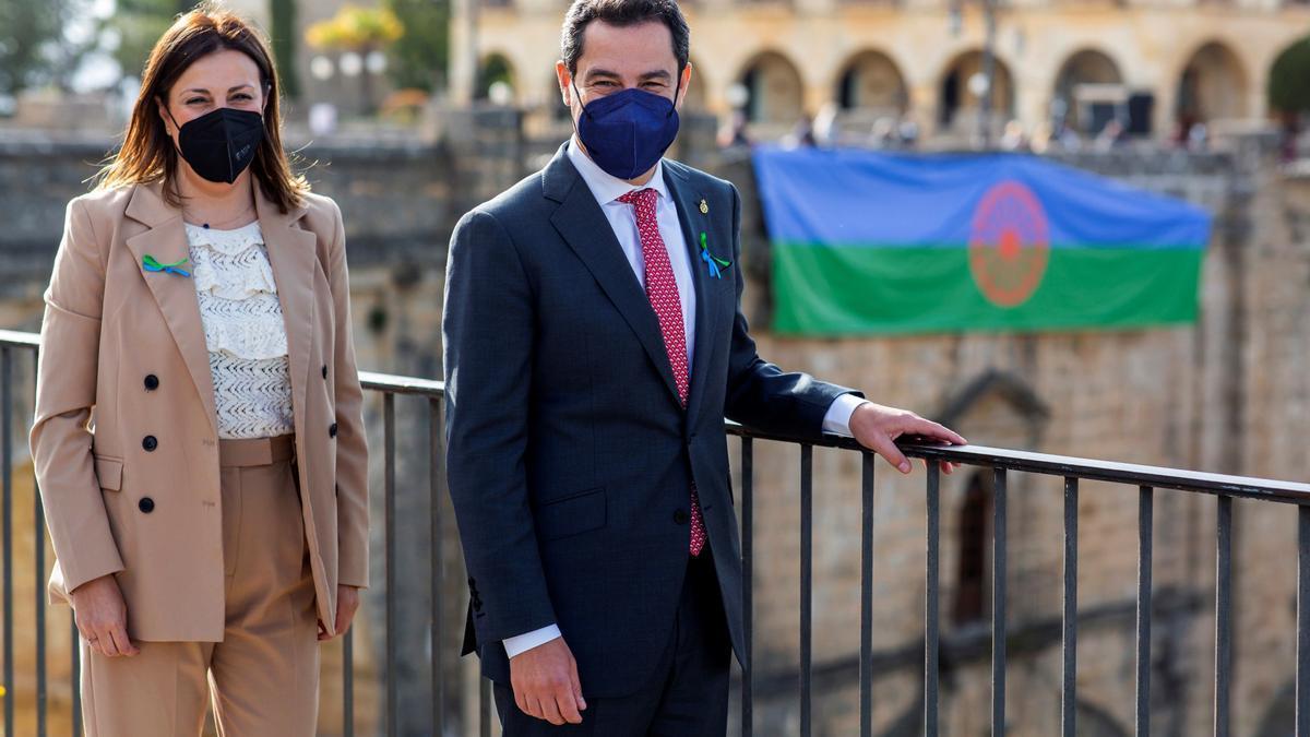 El presidente de la Junta, Juanma Moreno, y la presidenta de la Asociación Cayí Brandí, Concha Muñoz, en Ronda.