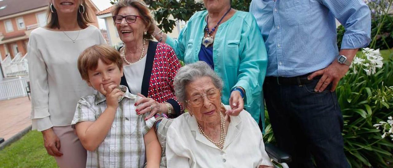 La centenaria María Prieto, junto con algunos miembros de su numerosa familia.
