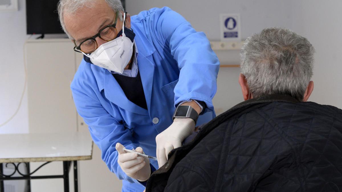 El Consistorio difundió el martes una foto de Coello vacunando a un hombre