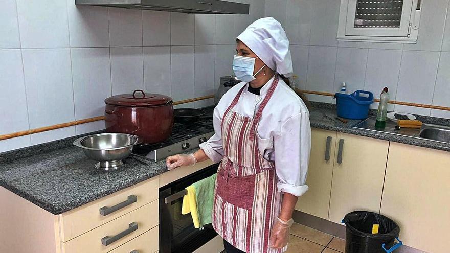 La cocinera del comedor social de Rabanales, que se encuentra en Grisuela, preparada para cocinar.