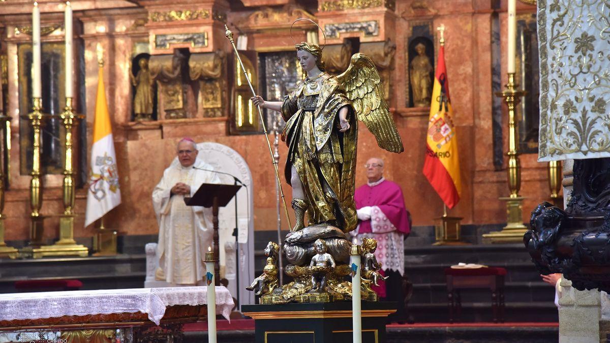 El obispo de Córdoba, Demetrio Fernández, oficia misa en la Mezquita-Catedral, en una imagen de archivo.