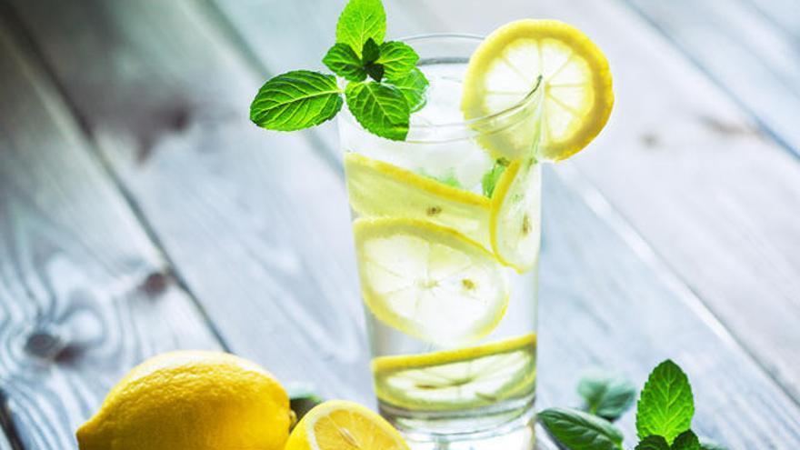 Agua tibia con limón para adelgazar, ¿timo o verdad?