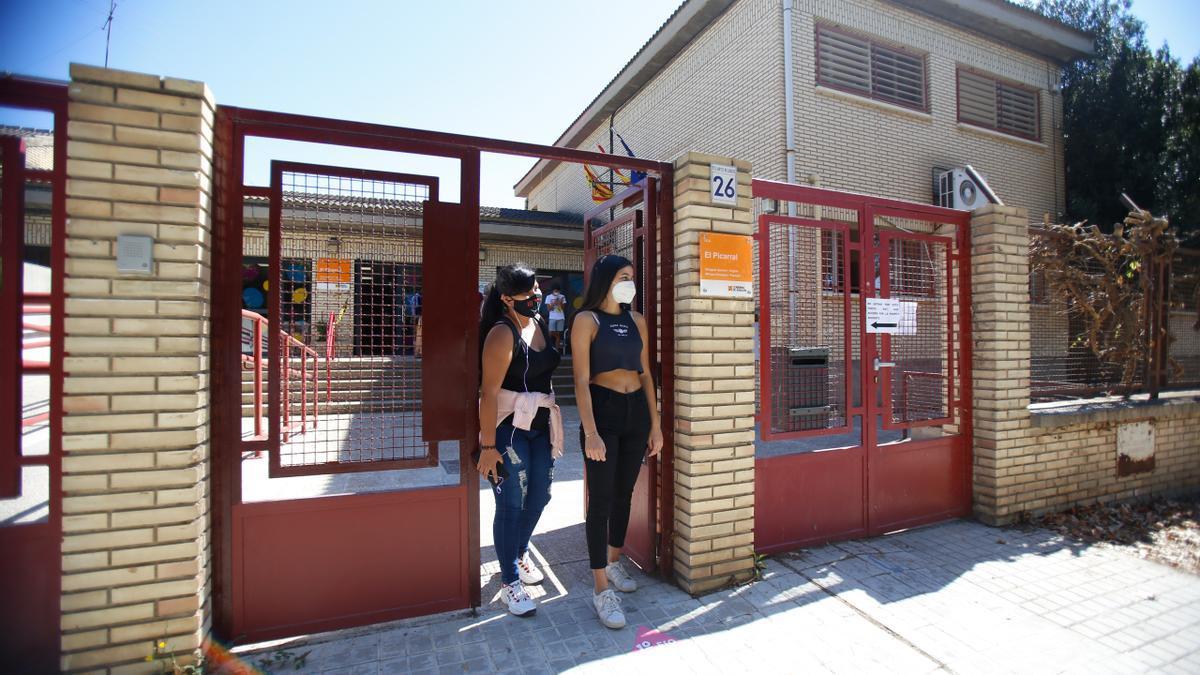 Dos alumnas a las puertas del instituto Picarral, este curso.