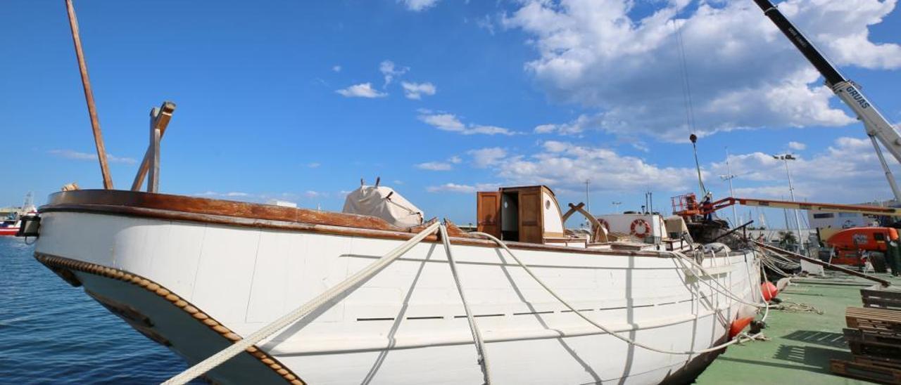 El pailebote Pascual Flores se encuentra amarrado en el puerto de Torrevieja, sin palos.