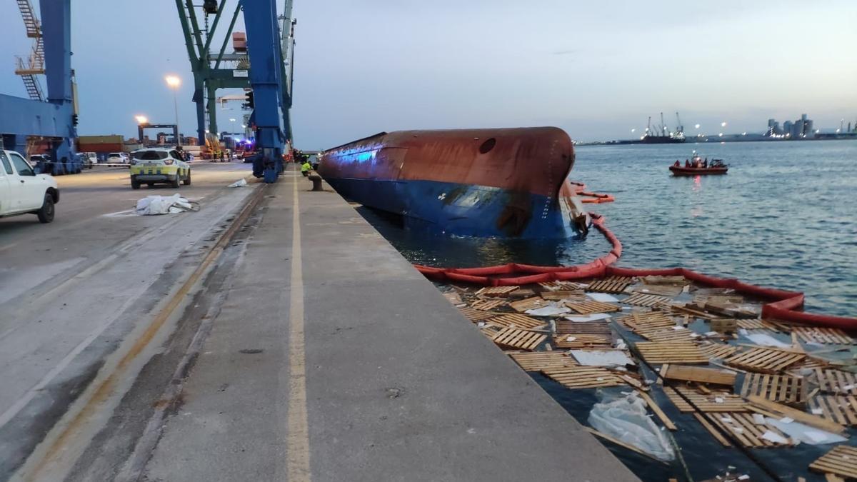 Vuelca buque 'Nazmiye Ana' en el Puerto de Castelló