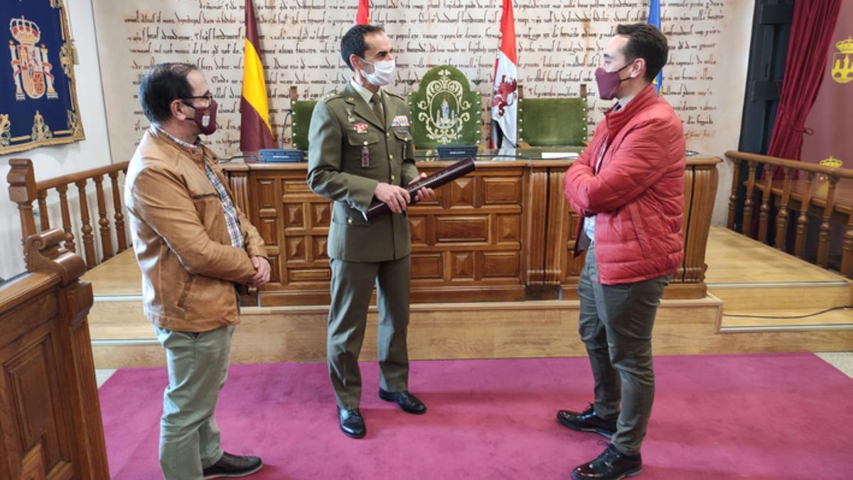 De izquierda a derecha: concejal de Seguridad Ciudadana, subdelegado de Defensa en Zamora y alcalde de Benavente. / E. P.