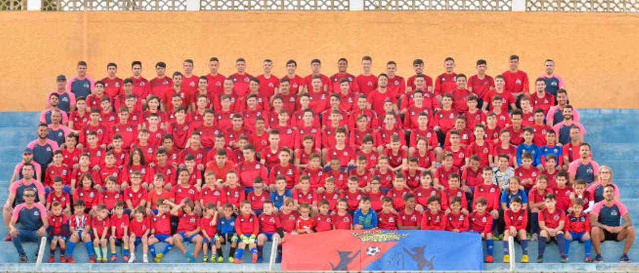 Representación de jugadores y técnicos del Longueras en la grada del campo Manuel Guerra 'Guerrita' del barrio de La Herradura, en Telde.
