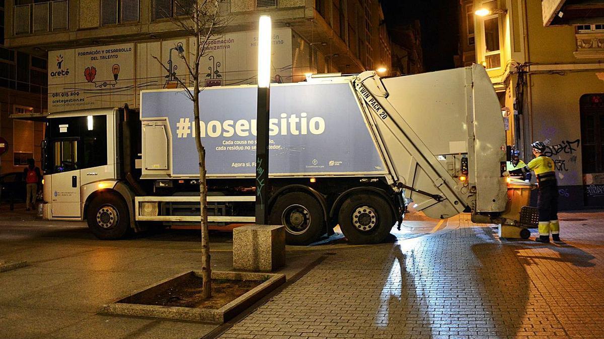 Camión de recogida de basura en una de las esquinas de la plaza de Pontevedra.    // BAÚLDE/ROLLER AGENCIA