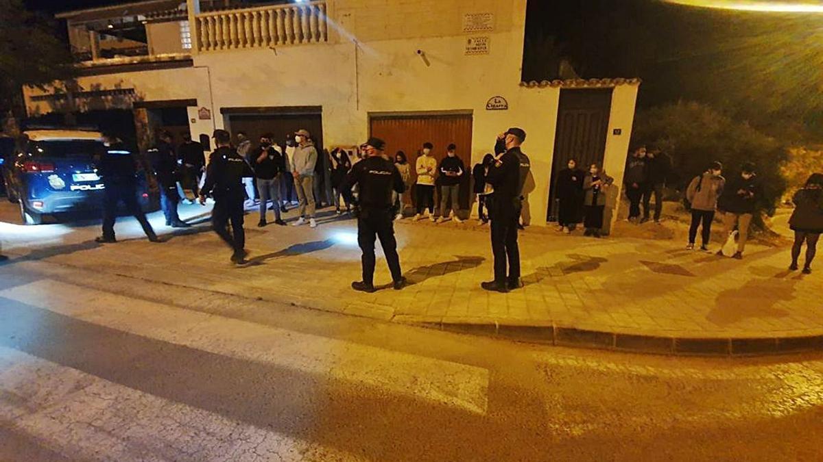Agentes de la Policía Nacional, anoche, identificando a los jóvenes reunidos en la Serra Grossa.  