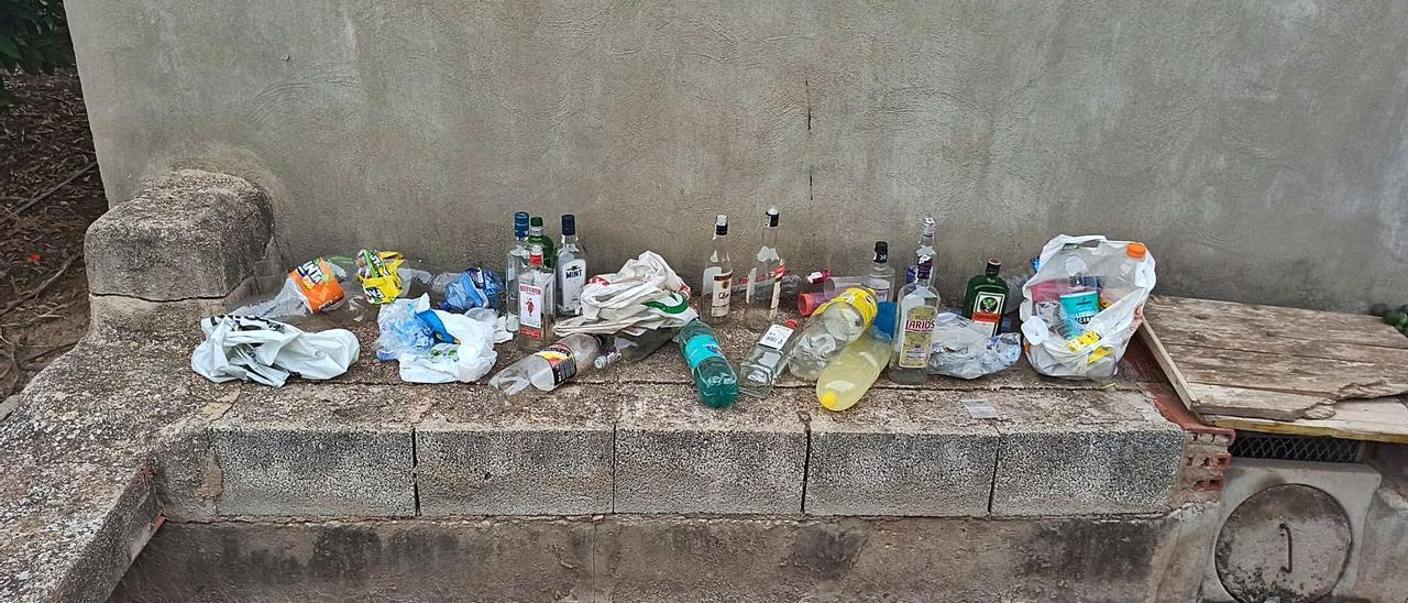 Botellas de bebidas alcohólicas y de refrescos para combinar en el huerto de Palmera donde se celebran botellones. | LEVANTE-EMV
