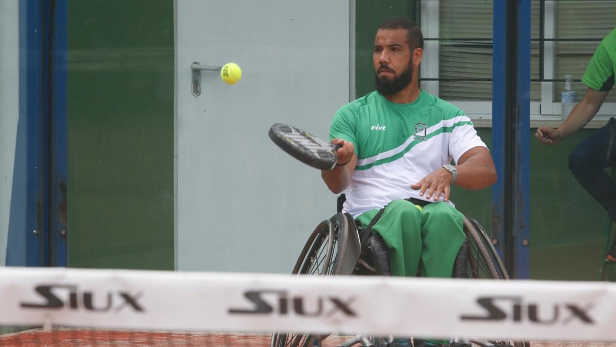 Un jugador golpea la bola en el Campeonato de España de pádel en silla del club Arruzafa.