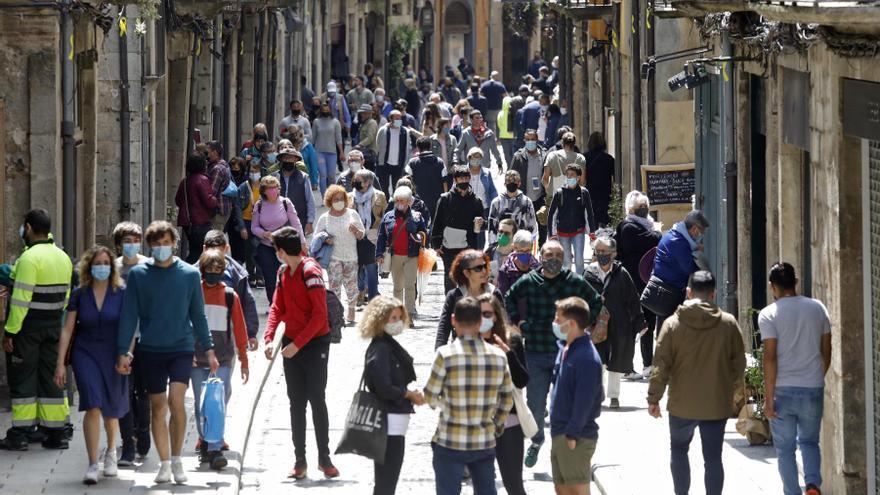 Les flors barren el pas als vehicles rodats al centre històric de Girona