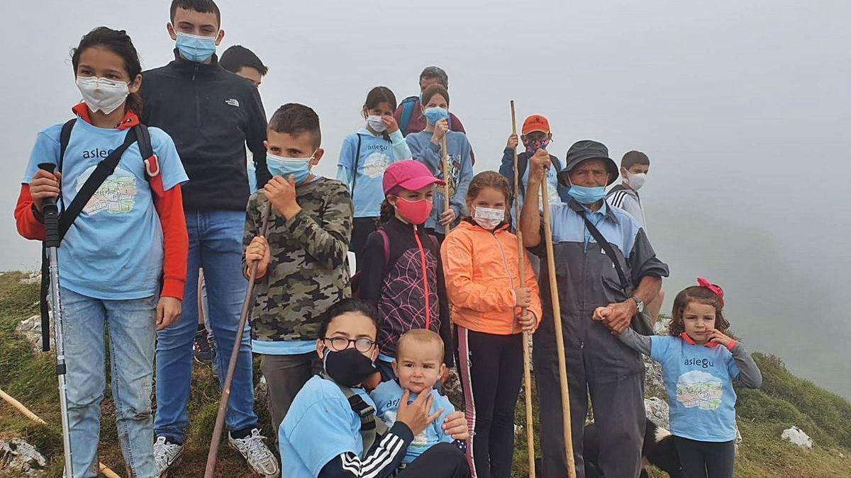 Pepe Mier, rodeado de los jóvenes que ayer lo visitaron en la majada donde pastorea su ganado.