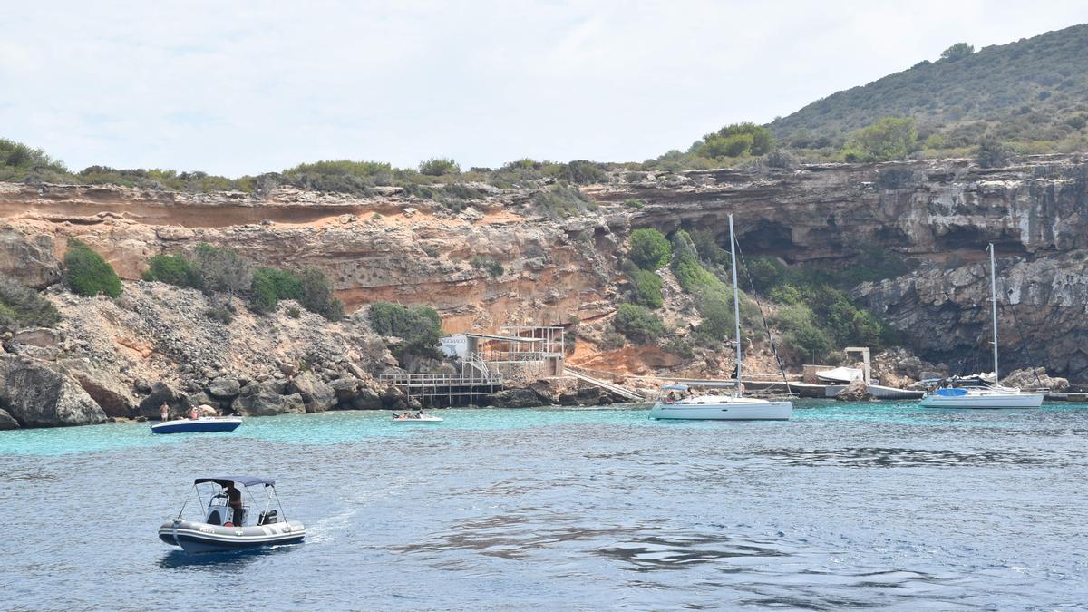 Barcos fondeados frente al islote de Tagomago, en Santa Eulària, en el verano de 2019.