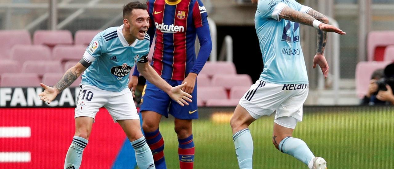 Aspas acude a celebrar con Santi Mina el primer gol en el Camp Nou.