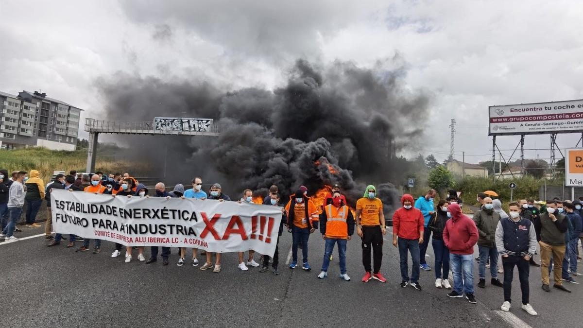 Trabajadores de Alu Ibérica cortan el tráfico en una carretera de A Coruña.