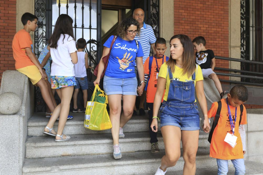 Emotiva acogida de los niños saharauis del programa 'Vacaciones en paz' en Zamora