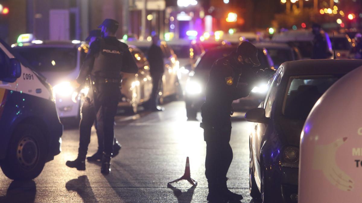 Control de la Policía para el cumplimiento del toque de queda en Alicante.
