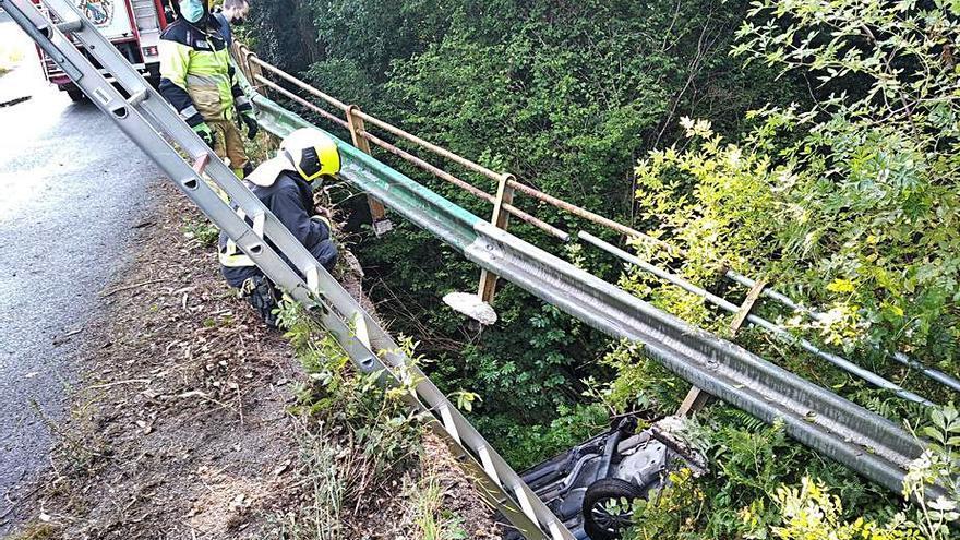 Sale ileso tras caer por un puente sobre el río Mendo
