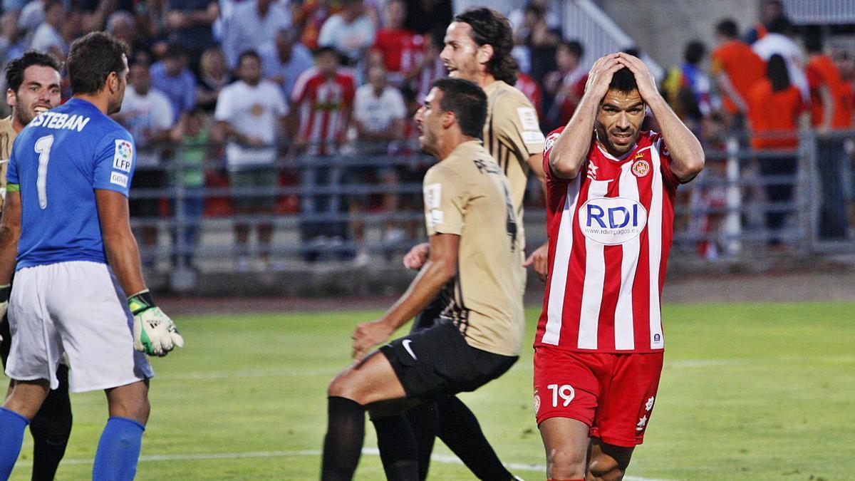 Felipe Sanchón, després de fallar un penal contra l'Almeria en la final del «play-off» de l'any 2013.  | MARC MARTÍ