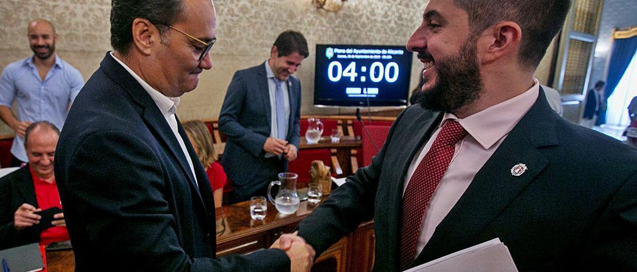 Sanguino (PSOE) y Ortolá (Vox) se saludan en un pleno previo a la pandemia.
