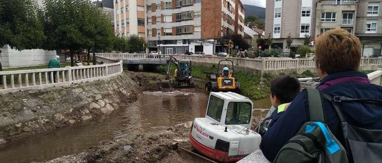 Las máquinas trabajan en el cauce del río Alvedosa a su paso por el centro de Redondela.  // A. Amoedo