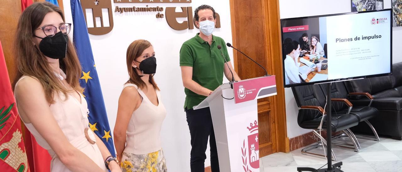 La presentación del nuevo paquetes de ayuda a cargo del alcalde Rubén Alfaro y las concejalas de Industria y Comercio.