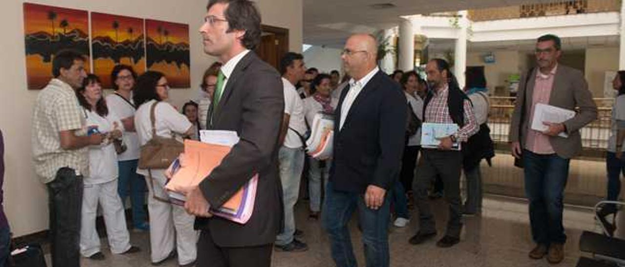 Pedro San Ginés, seguido de Luis Arráez, Francisco Favelo y Marci Acuña llegan a la celebración del pleno.
