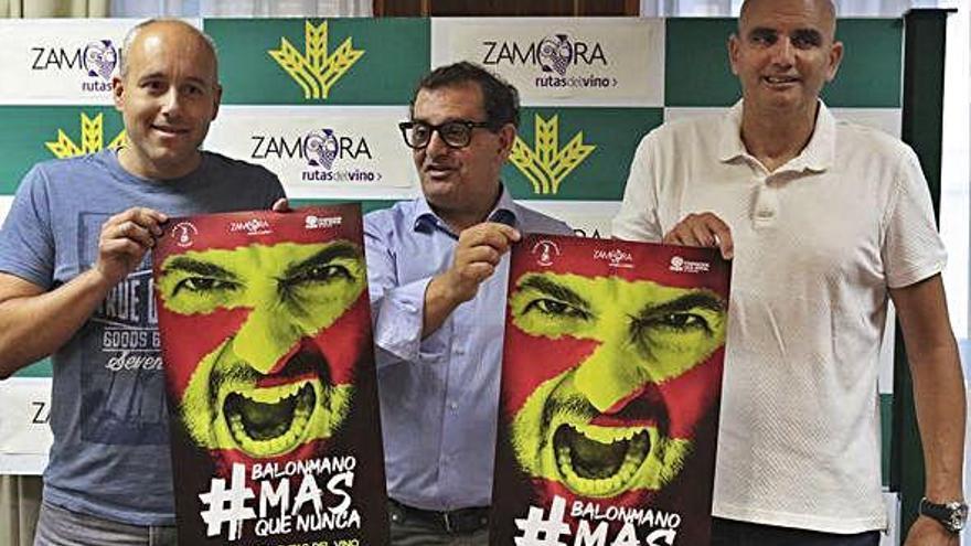Arcel Andrés, Narciso Prieto y José Antonio Quintana posan con los carteles de la campaña de socios.