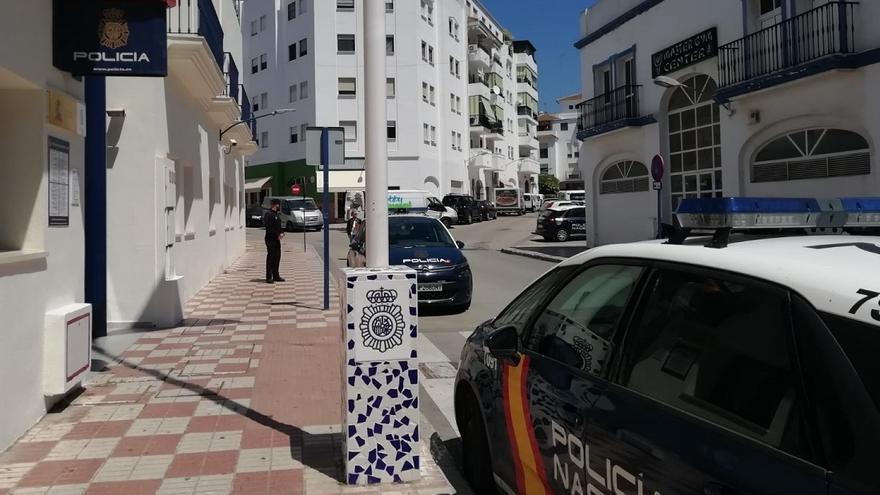 Una pareja tira al suelo a un octogenario en Estepona para robarle 1.350 euros