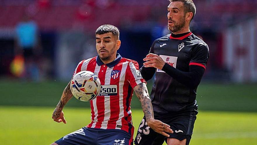 L'Atlètic goleja l'Eibar i segueix líder