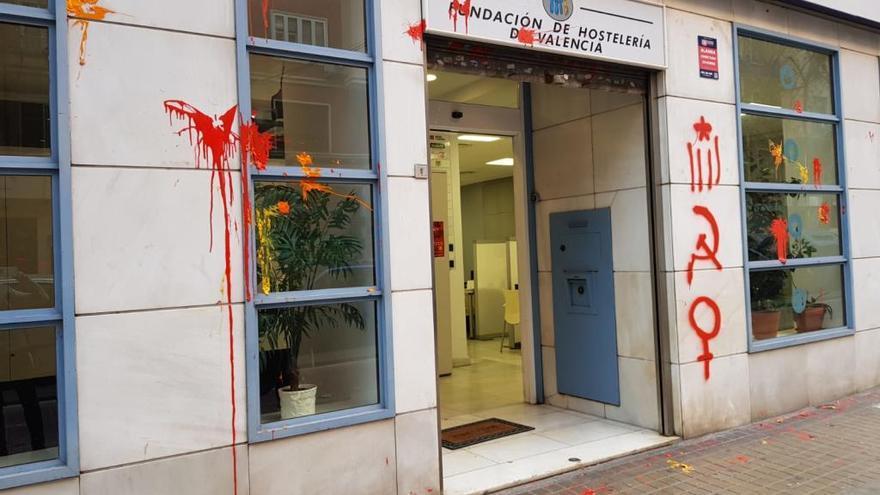 Atacan con pintadas la sede de la Federación de Hostelería de València
