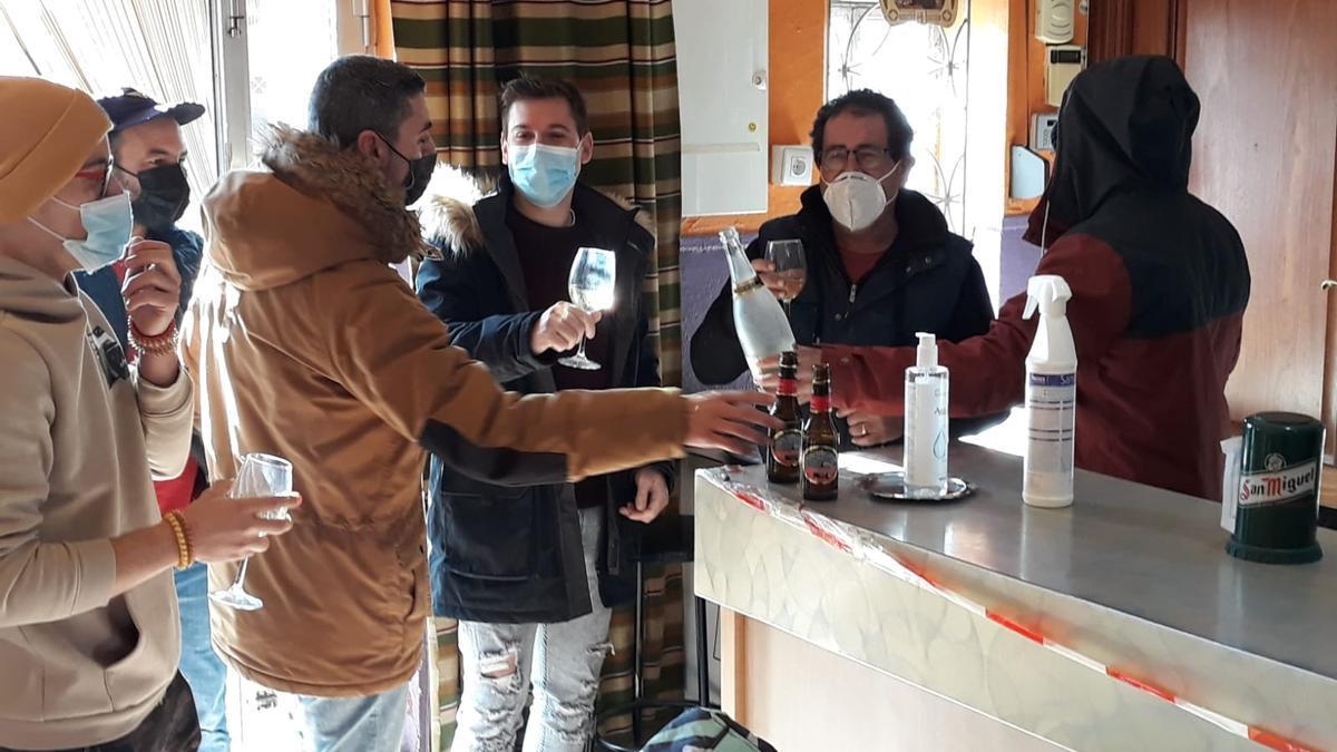 Vecinos de Santovenia del Esla celebran la fortuna de la Lotería del Niño.