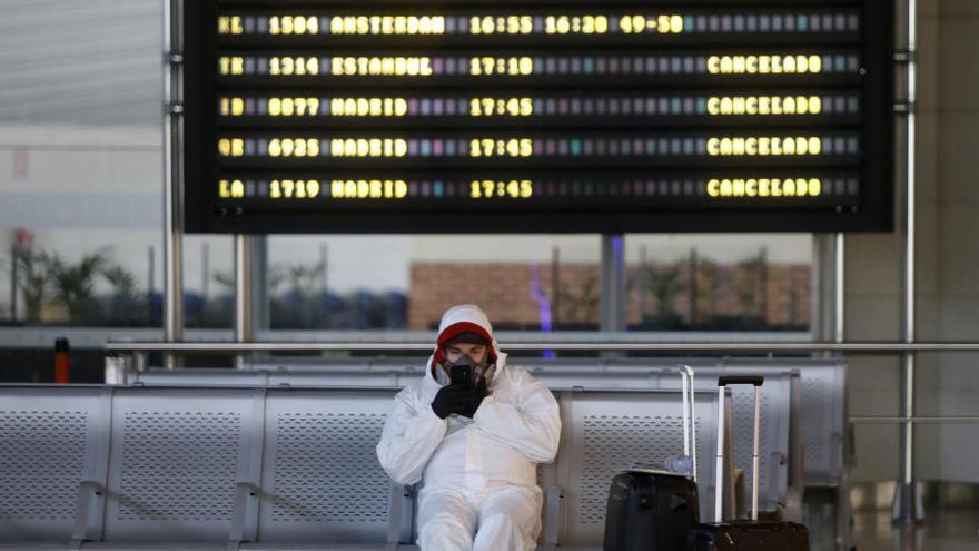 Un pasajero en el Aeropuerto de Valencia